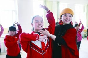 志愿者教学生跳舞