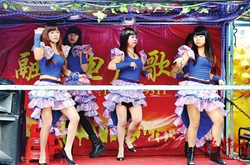 狂操日本女子_送葬队伍中,几名穿着暴露的女子跳着艳舞