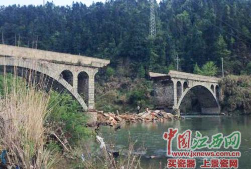 突然坍塌的柏泉石拱桥。
