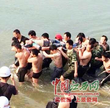 村民全力抢救伤员。