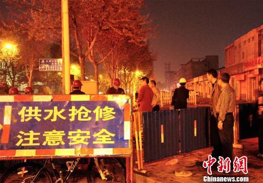 4月9日晚,淄博市张店区潘南路与金晶大道路口附近一管道破裂,附近一饭店被大水围成孤岛,众人纷纷张望,等待维修。 董振霞 摄