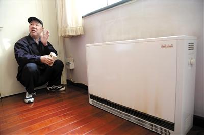 4月1日,西城区小翔凤胡同20号,一位居民在介绍煤改电后取暖的情况。新京报记者 薛�B 摄
