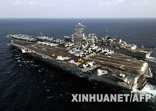 美国军舰和补给舰在海湾并肩航行。