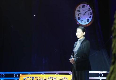 图:由倪萍主持的大型公益寻人节目《等着我》