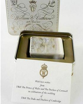 王室婚礼蛋糕被装在精美金属盒子里。