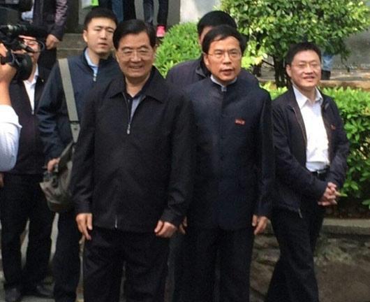 9日上午10时许,胡锦涛到访湖南大学,参观位于校园之中的岳麓书院。