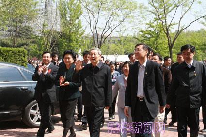 图为清华百年华诞前,朱镕基回清华园向师生挥手致意。
