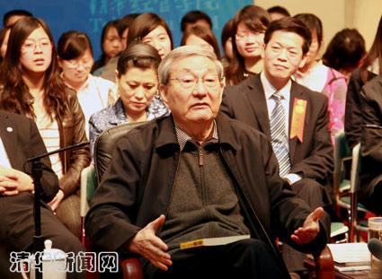 图为清华百年华诞前,朱镕基回清华园与师生亲切交谈。