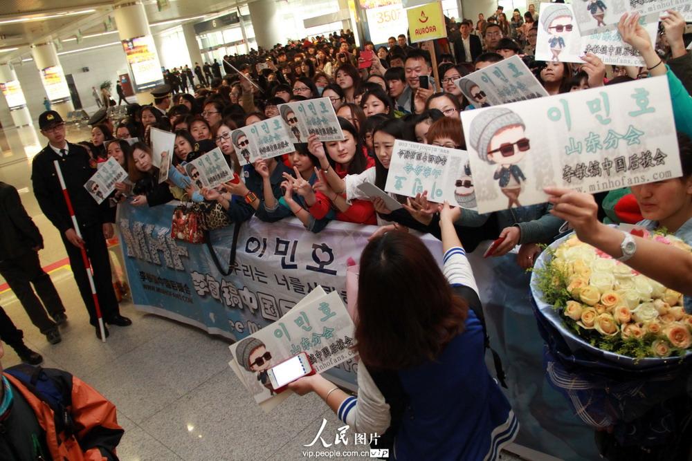 韩国明星李敏镐抵达青岛机场 引爆粉丝热潮(组图)