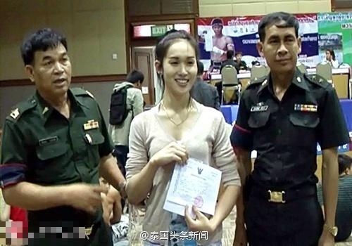 """近日,泰国军方进行新兵征兵工作,许多到了兵役年龄的人妖也需要到征兵现场报到,但一般会以""""身体不符合兵役规定""""而获得免服兵役证书。"""