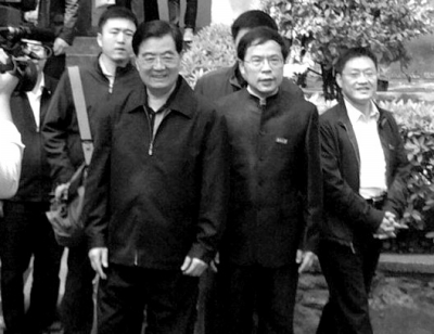 本月9日,胡锦涛参观位于湖南大学中的岳麓书院。