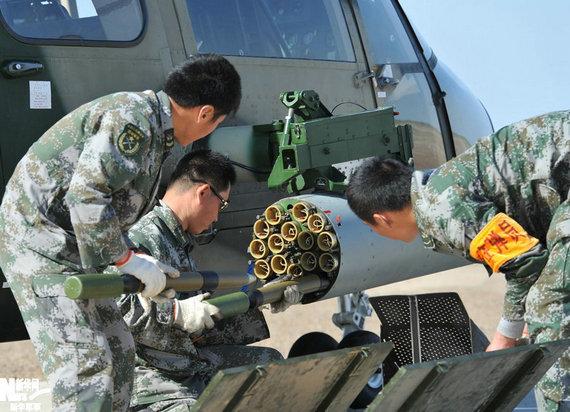 资料图:解放军士兵为武直9装填火箭弹。