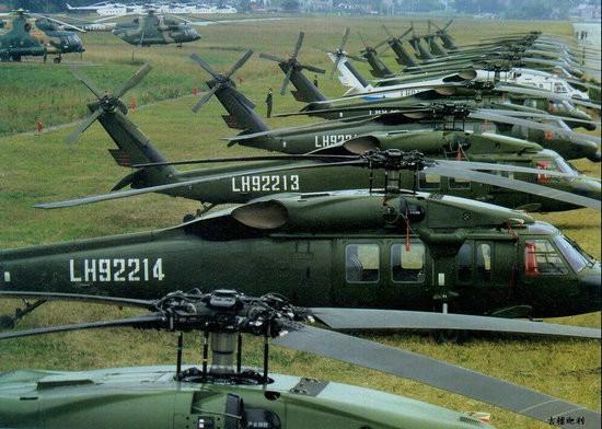 """中国于1984年7月与美国西科斯基公司签订购买24架S-70""""黑鹰""""直升机的合同,1984年11月首批4架""""黑鹰""""运抵中国天津。S-70是目前解放军序列中唯一为大众所熟知的美式装备。资料图:中国陆航装备的美制黑鹰直升机。"""