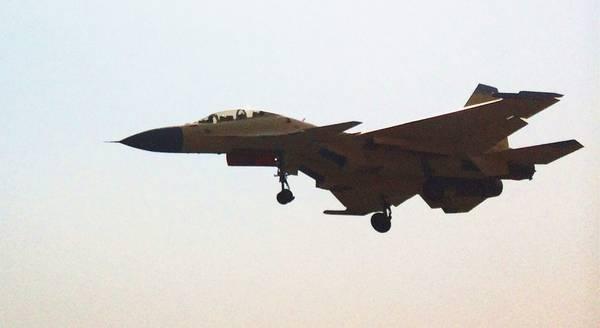早在1年前,网络上就出现过疑似歼-15S舰载机进行飞行测试的照片,但由于在外观上很难与苏-30、歼-11BS或是歼-16战斗机区分,加上拍摄角度和清晰度的问题,歼-15S一直是一个谜团。图为最新曝光的歼-15S战机试飞照。