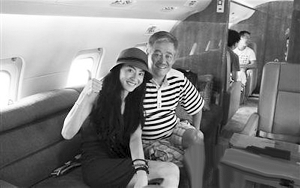 赵本山在私人飞机里与张柏芝合影