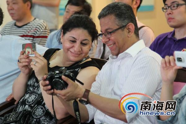 外媒在博鳌亚洲论坛永久会址采访(海报集团全媒体中心记者武威摄)