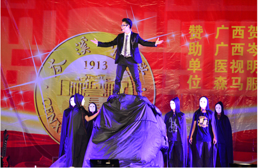 17岁天才魔术师 上演惊险大型逃脱魔术