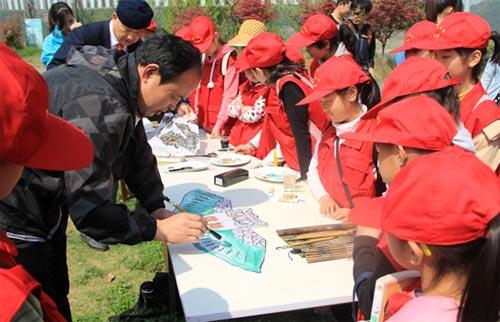 小记者们在太极湖学习绘制风筝