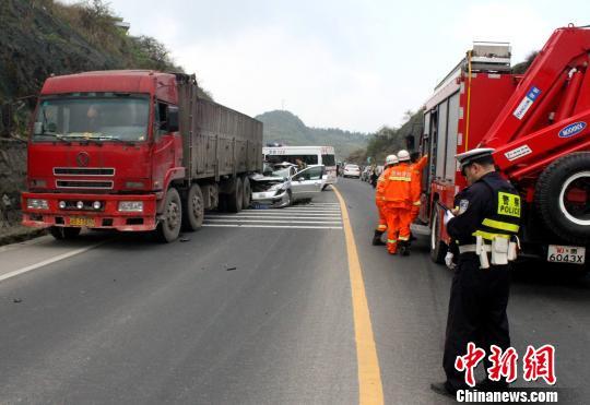 一辆轿车失控追尾停靠在路边的大货车. 李爱民 摄-贵阳一轿车追尾高清图片