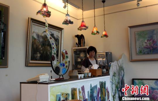 4月11日,位于南投县竹山镇的芳仕.璐昂琉璃艺术馆是台湾知名的工艺之家之一。图为该馆将艺术生活化的精美琉璃装饰。陈立宇 摄