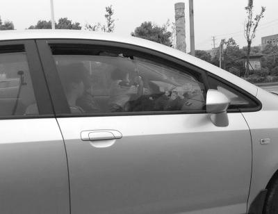 4月11日上午8:40,长沙市望城区普瑞大道,罗先生拍下了旁车孩童操纵方向盘的图片。 市民 供图