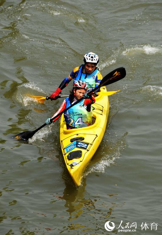oso内格罗队运动员在皮划艇比赛中双人射箭游戏名字图片