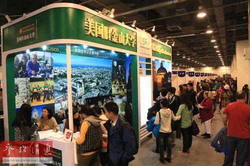 资料图片:2013年11月2日,2013中国国际教育展上人头攒动。新华社发(王振 摄)