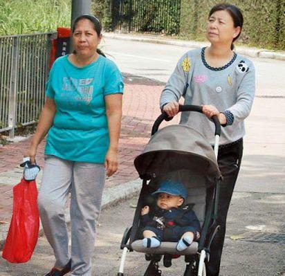 郭晶晶母亲(右)推外孙子