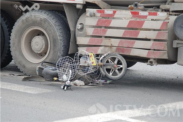 混凝土车拖行20米 农妇车轮下死里逃生