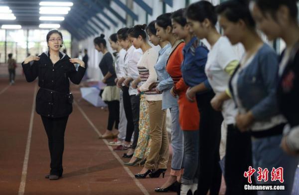 4月12日,选拨为2014南京青奥会礼仪志愿者的大学生们趁培训休息时合影图片