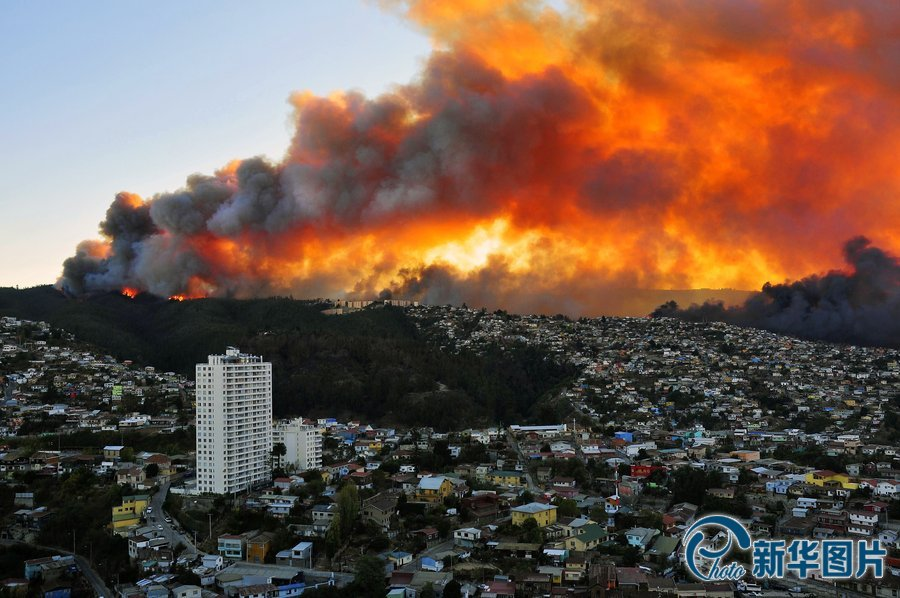 当地时间2014年4月12日,智利瓦尔帕莱索,圣地亚哥西部瓦尔帕莱索港市发生火灾,100多所房屋被焚烧,政府发出红色警告。图片来源:cfp