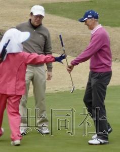 4月13日,日本首相安倍晋三在获悉熊本县禽流感疫情后继续打高尔夫。