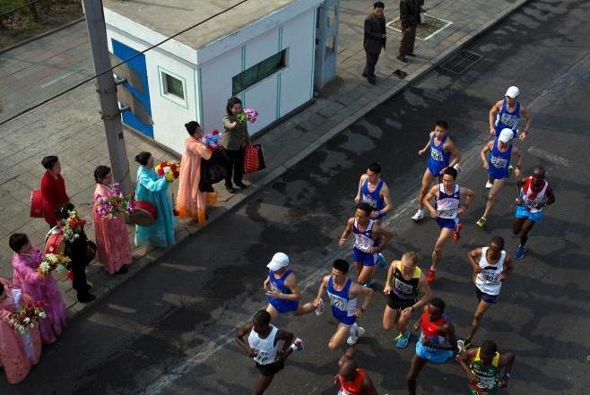 当地时间2014年4月13日,朝鲜平壤金日成体育场,第27届万景台奖国际马拉松大赛举行,纪念朝鲜已故最高领导人金日成诞辰。据报道,今年的比赛第一次允许外国游客参加。