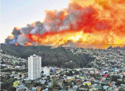 智利山火袭击港口城市瓦尔帕莱索。