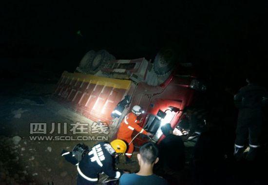 正面吊事故_如果破拆扩张也不能将被人员救出,最后只能用吊车将事故车吊正实施