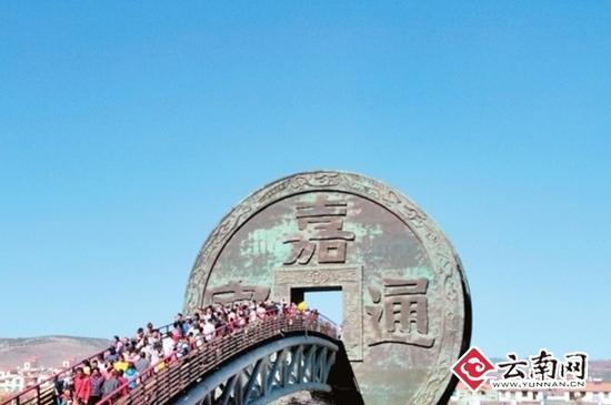 会泽公园广场上川流不息的人群。本报记者 刘祥元 摄
