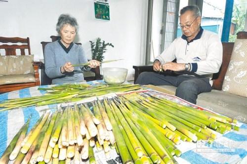 日月潭地区的箭竹笋已经进入盛产季节,民众采撷剥壳、炒煮品尝。图自台湾《中国时报》