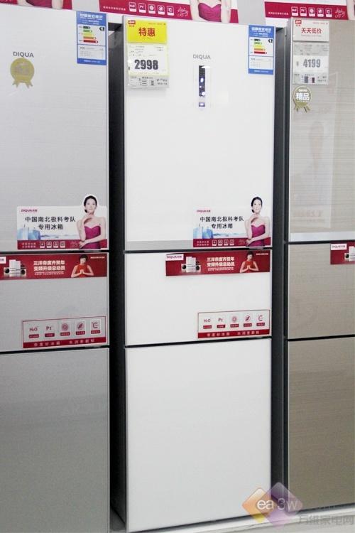 这款帝度BCD-220TGE冰箱在外观上运用了现代的艺术元素,金属外观的质感加上简约的白色,这款冰箱总容积达到了220升,为一家三口提供充足食物保障。