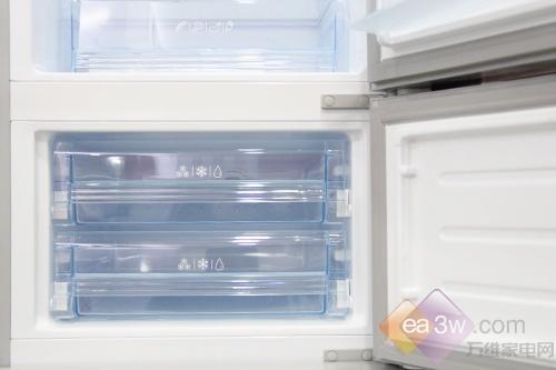 最下部为冷冻室可放置鱼类、肉类等需冻结存放的食品,特制的储冰盒可以制作冰块,方便快捷。冷冻抽屉采用冰蓝色外观设计,透明抽屉查看食物状态是一目了然。