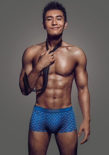 近日黄晓明为某品牌拍摄了一组时尚内衣广告图,照片中黄晓明难得大秀身材