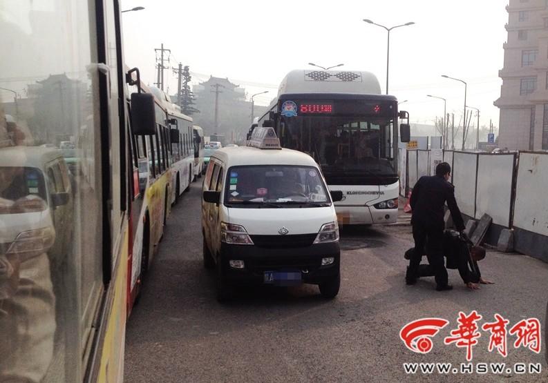 西安一公交司机和货运司机行车途中争执 当街厮打(组图)