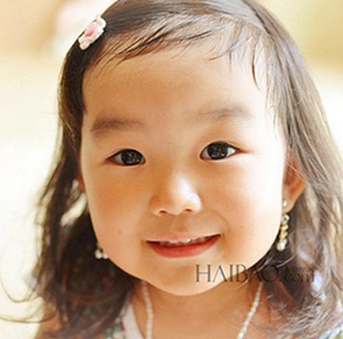 1 表情女帝大人   这个来自日本的女孩叫做aries,齐齐的刘海,胖嘟嘟的图片