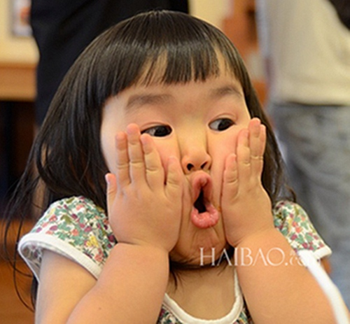 这个来自日本的女孩叫做aries,齐齐的刘海,胖嘟嘟的脸,在配上无敌表情图片