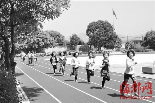 ,同学们在塑胶跑道上欢快地奔跑-塑胶跑道 首次进村级小学