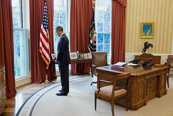 资料图:奥巴马去年4月22日曾在白宫默哀悼念死难者。