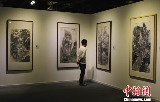 图为展出现场,名家画作吸引市民驻足参观。周毅 摄