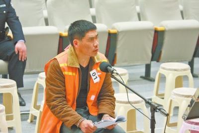 被告人李佰红在法庭接受审判