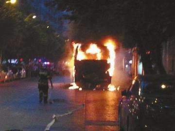 站台前公交车燃起熊熊大火