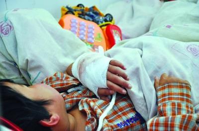 手术后,小兰的左手已活动自如。 朱鼎兆 摄