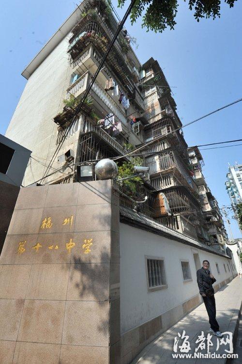这栋宿舍楼有7层高,有40多户居民